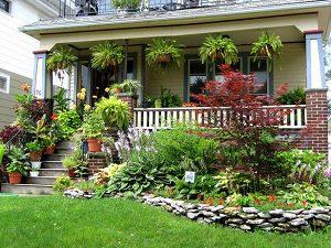 hangulatos teraszos ház virágágyással